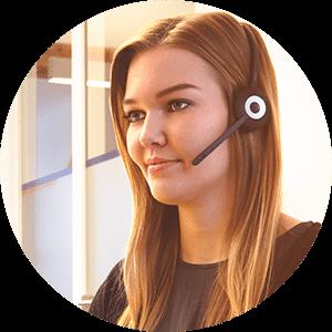 Kollegin mit Headset im Gespräch